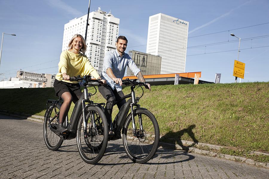 man en vrouw fietsen op een FLYER Upstreet