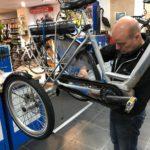 Jan Bouwes bouwt een fiets om tot driewieler