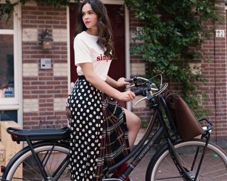 vrouw op haar Cortina elektrische fiets