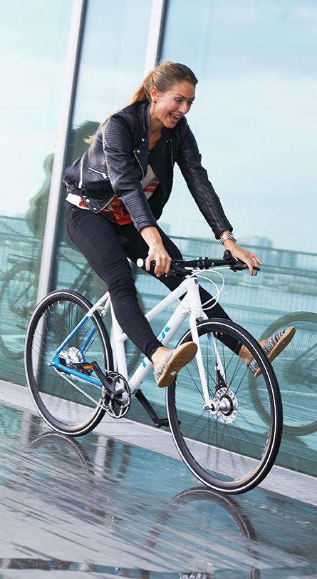 vrouw fietst op een fiets van Trek, nordic lifestyle