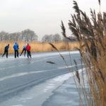 mensen aan het schaatsen