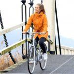 agu regenkleding wordt gedragen door een meisje op een fiets