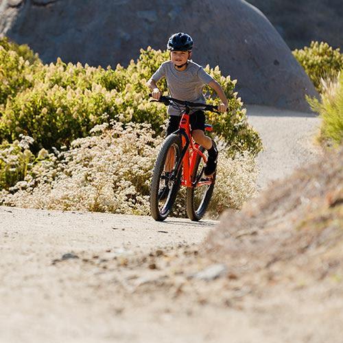 kind fietst op een kinderfiets mountainbike