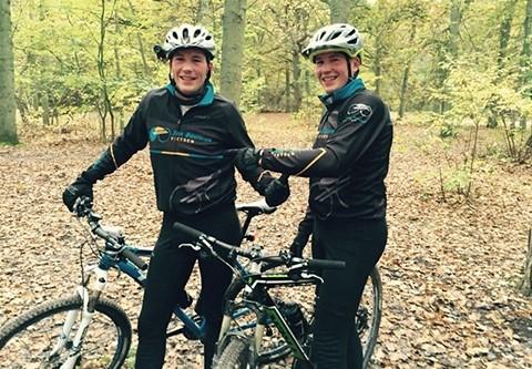 twee jongens staan bij de sportfietsen: mountainbikes