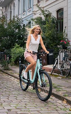 vrouw fietst op een urban victoria fiets