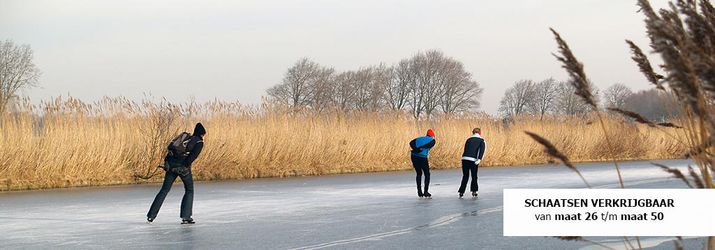 mannen en vrouwen schaatsen op het ijs met schaatsen van jan bouwes fietsen