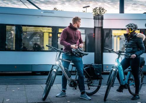 man en vrouw staan bij hun victoria fiets in de stad