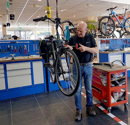 Jan Bouwes in de werkplaats