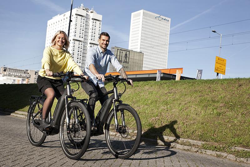 een man en een vrouw fietsen op flyer elektrische fietsen