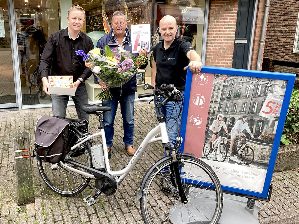 leo de pee 100.000 km op zijn elektrische fiets gefietst, hier samen met Flyer Benelux en Jan Bouwes